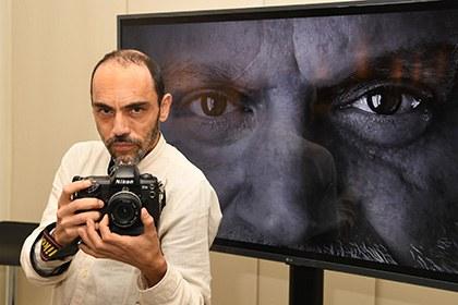 Víctor Meliveo, ante la pantalla en la que se puede ver parte de su obra